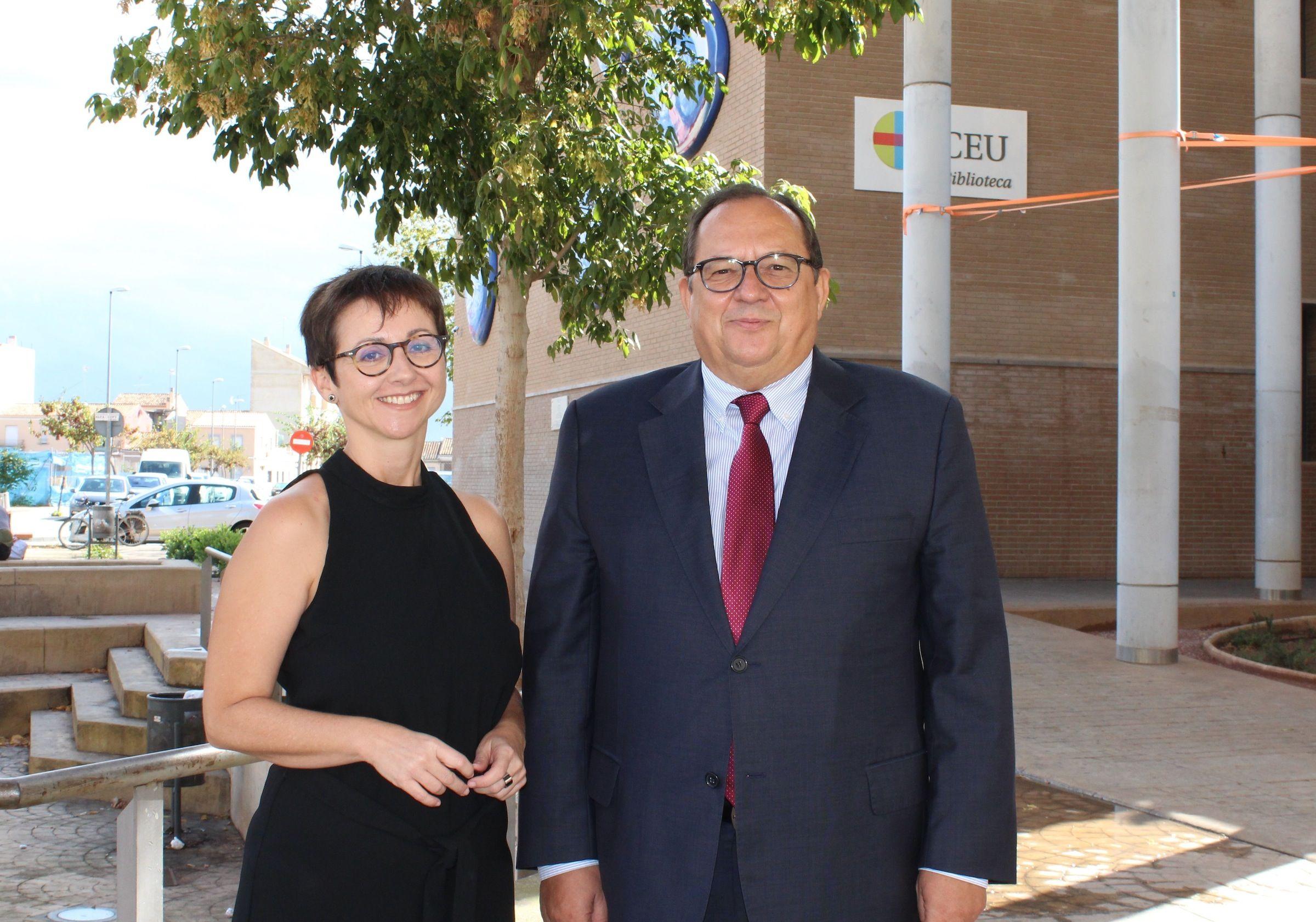 La doctora María José Escuder, junto a su director de tesis, el profesor del Grado en Periodismo de la CEU-UCH Luis María Mirón.