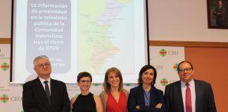 La periodista María José Escuder (segunda por la izq.), junto a los miembros del tribunal de su tesis doctoral y su director, tras la defensa en la CEU-UCH.