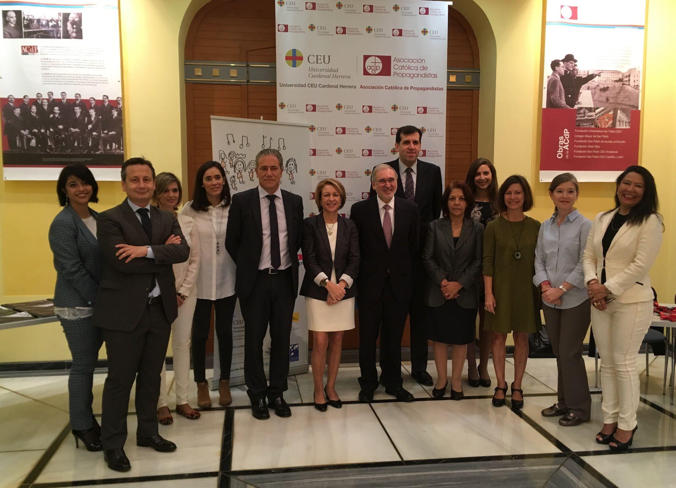 La rectora de la CEU-UCH, Rosa Visiedo, junto a ponentes y organizadores del Congreso Internacional sobre el Interés Superior del Niño en la CEU-UCH.
