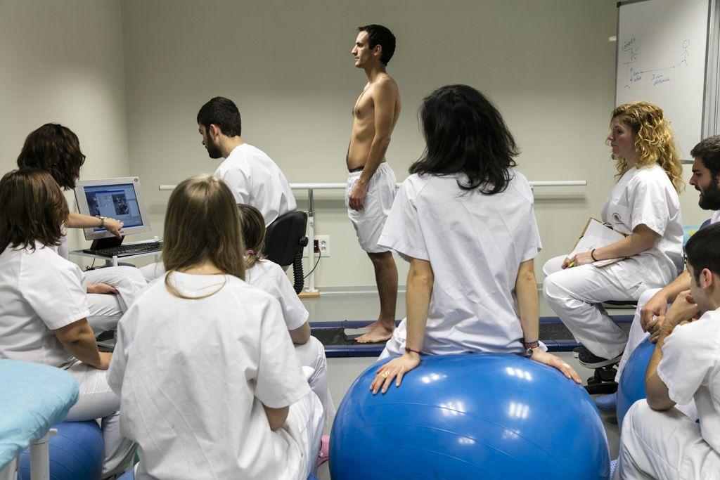 alumnos-de-fisioterapia-del-ceu-de-elche-en-una-formacion-practica-1