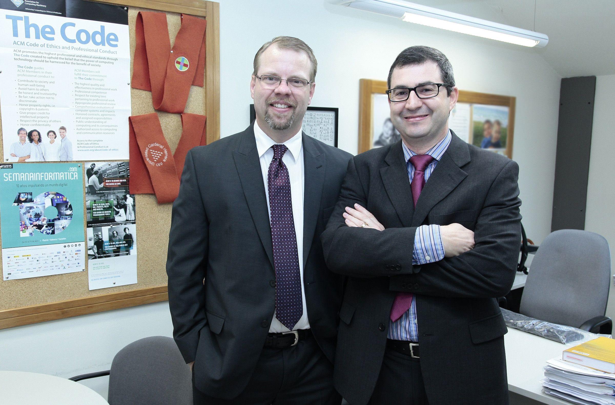 Los investigadores Benjamin Henry Brinkmann, de la Clínica Mayo, y Juan Pardo Albiach, de la CEU-UCH, esta mañana en la Universidad.