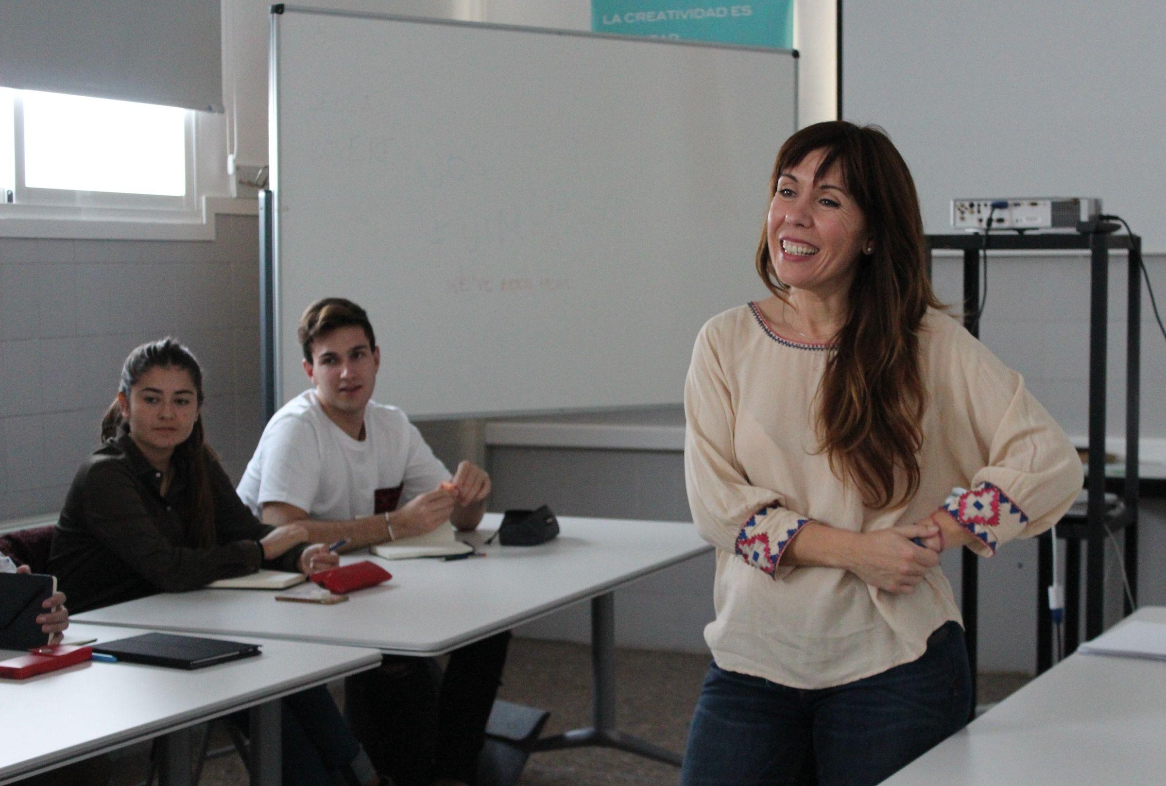 "La directora creativa transmedia Ana Illueca imparte en la CEU-UCH el workshop ""Stop in the name of work""."