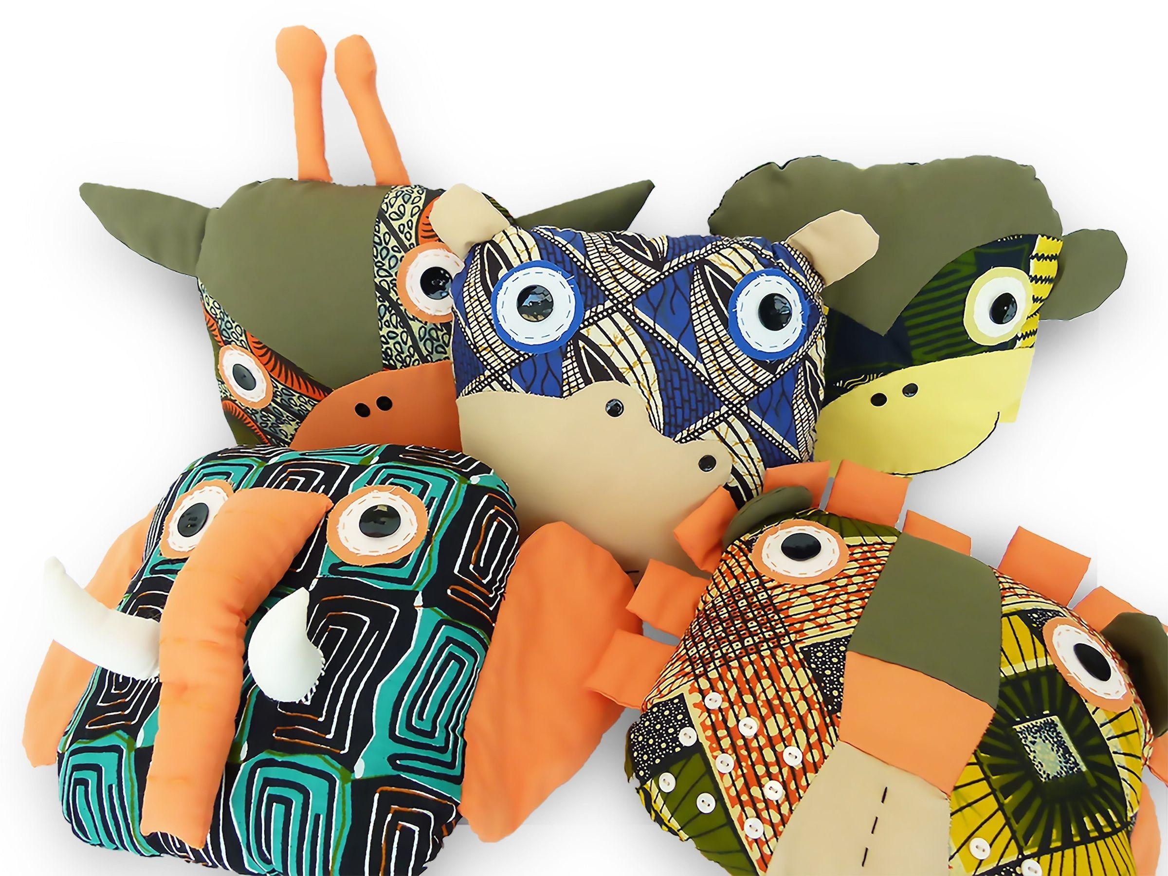 Cojines diseñados por Free Design Bank y producidos por el Jimudu Women Group, en Kenia.
