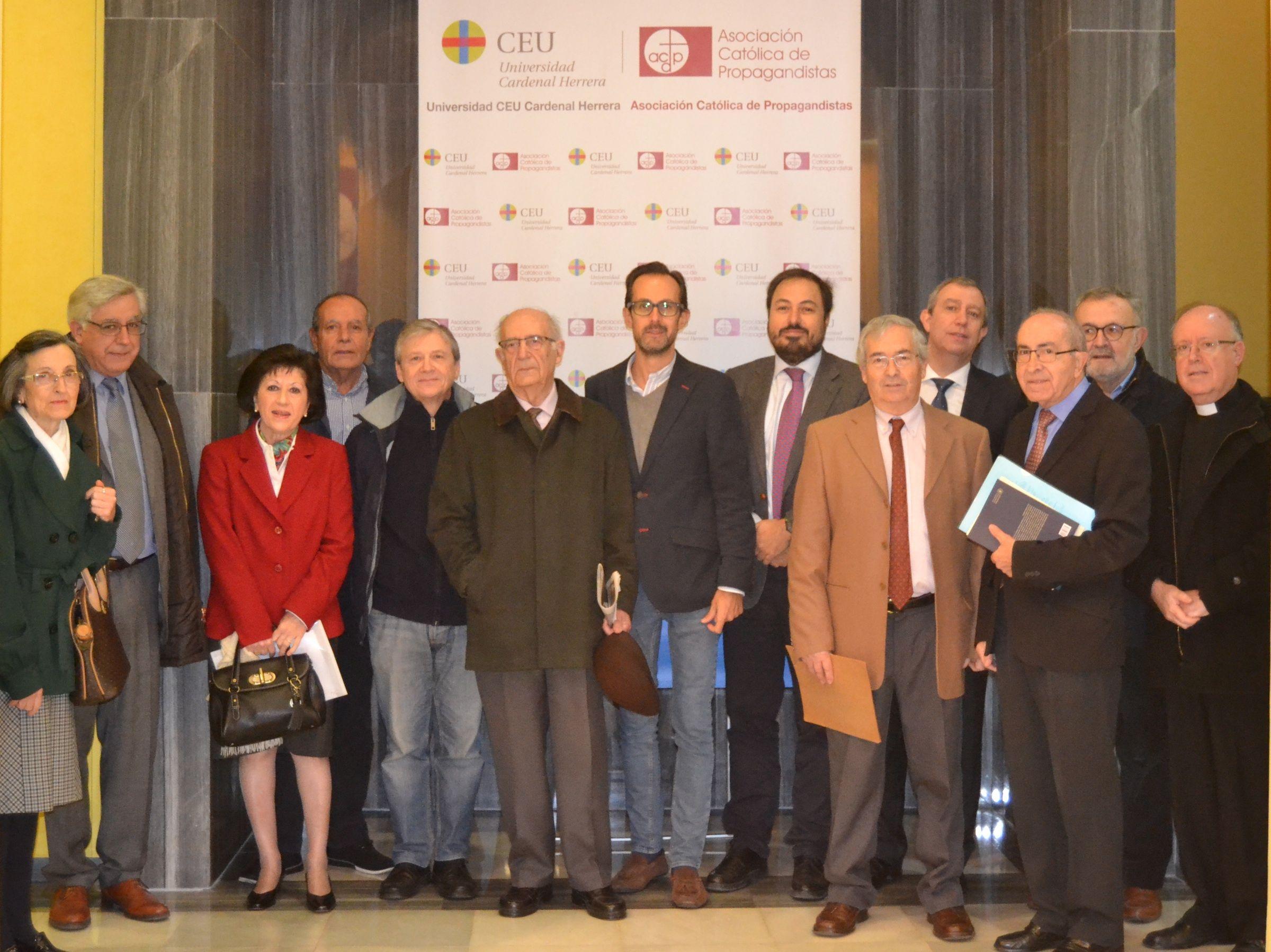 """En el centro, Emilio García Callado y el decano Elías Durán, junto a ponentes y organizadores de las Jornadas """"Res Ecclesiae"""", esta mañana en el Palacio de Colomina-CEU."""