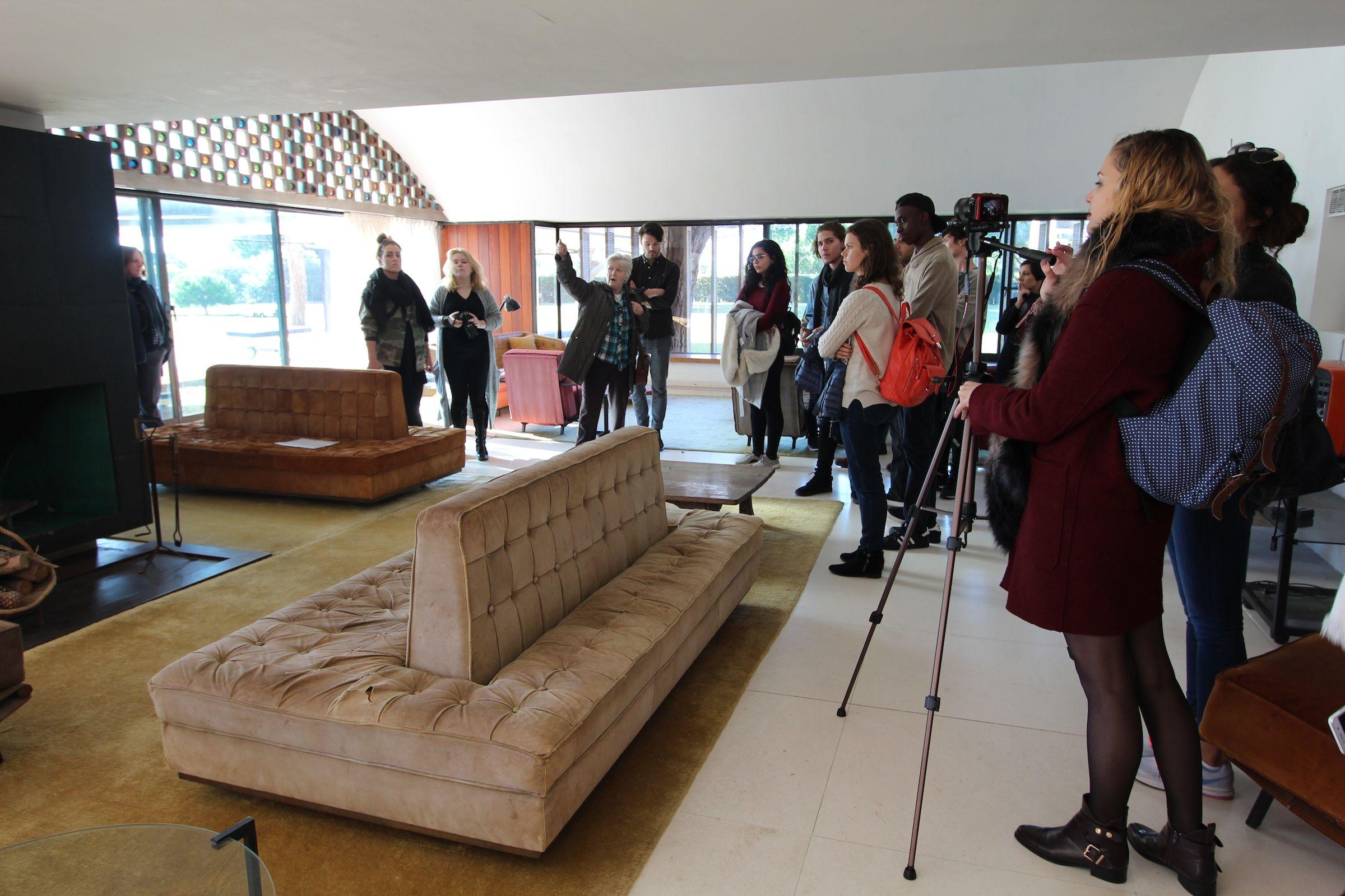 Estudiantes de Architecture de la CEU-UCH, en su visita a la casa La Ricarda Gomis, en Barcelona.Estudiantes de Architecture de la CEU-UCH, en su visita a la casa La Ricarda Gomis, en Barcelona.