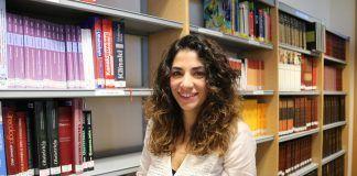 La profesora del Máster en Formación del Profesorado de ESO y Bachillerato de la CEU-UCH Meritxell Notari, autora de la investigación, en la Biblioteca del centro universitario en Castellón.