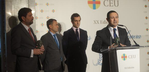 El profesor de Bioética de la CEU-UCH Emilio García-Sánchez, recibe su Premio Ángel Herrera en Madrid.