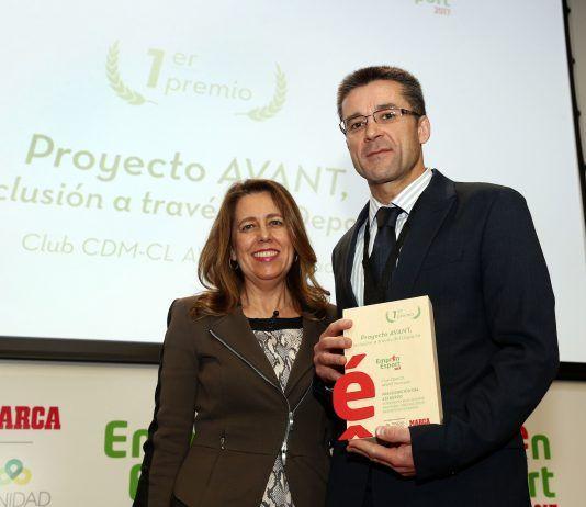 Ana Muñoz entrega el premio Emprén Esport al profesor de la CEU-UCH Javier Martínez Gramage. Foto: José Antonio Sanz/ MARCA.