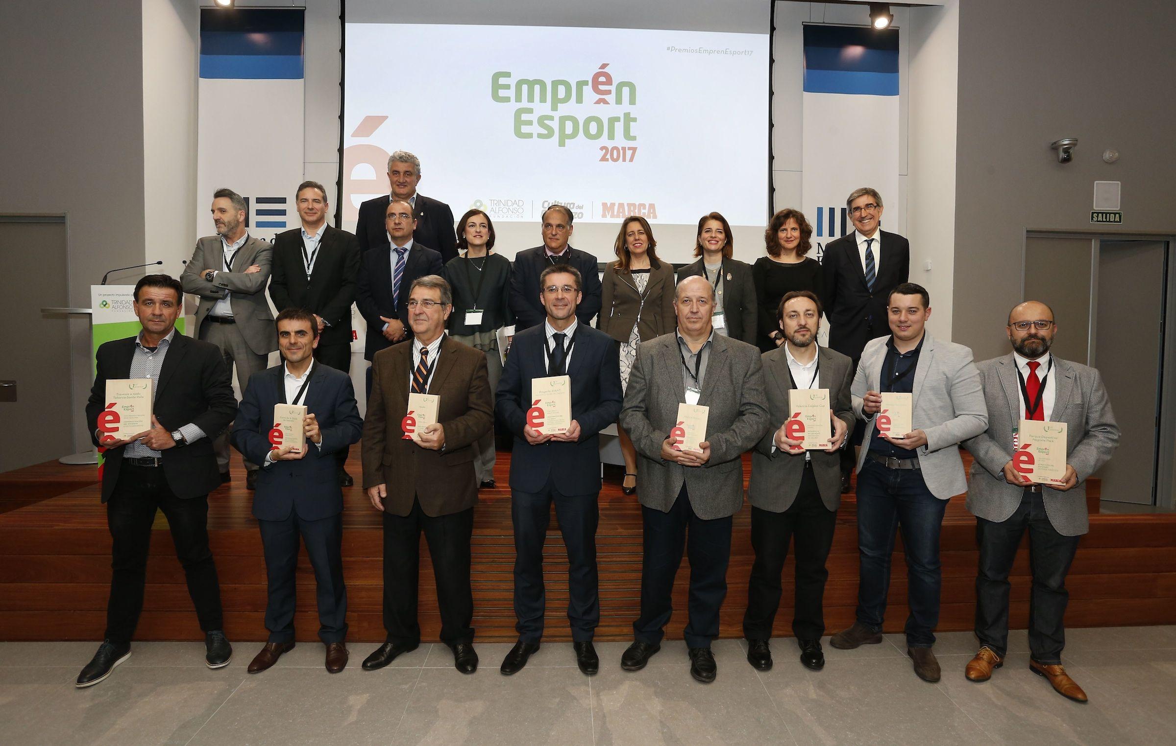 En el centro, el profesor del CEU Javier Martínez Gramage, junto a premiados y padrinos de Emprén Esport. Foto: José Antonio Sanz/ MARCA.