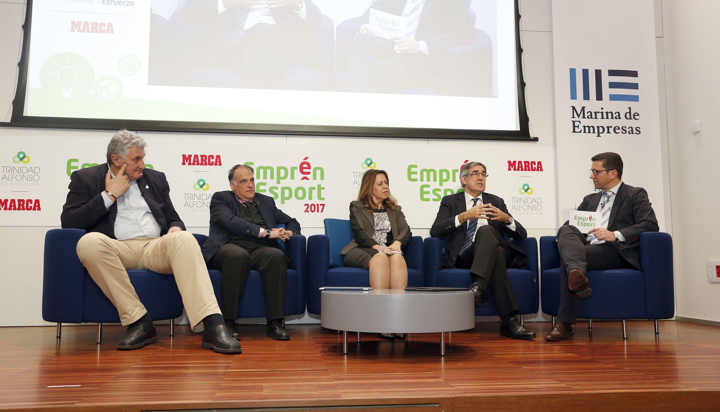 A la derecha, el profesor del CEU y delegado de Marca Fernando Álvarez modera la mesa redonda con Romay, Tebas, Ana Muñoz y Jordi Bertomeu. Foto: José Antonio Sanz/ MARCA.