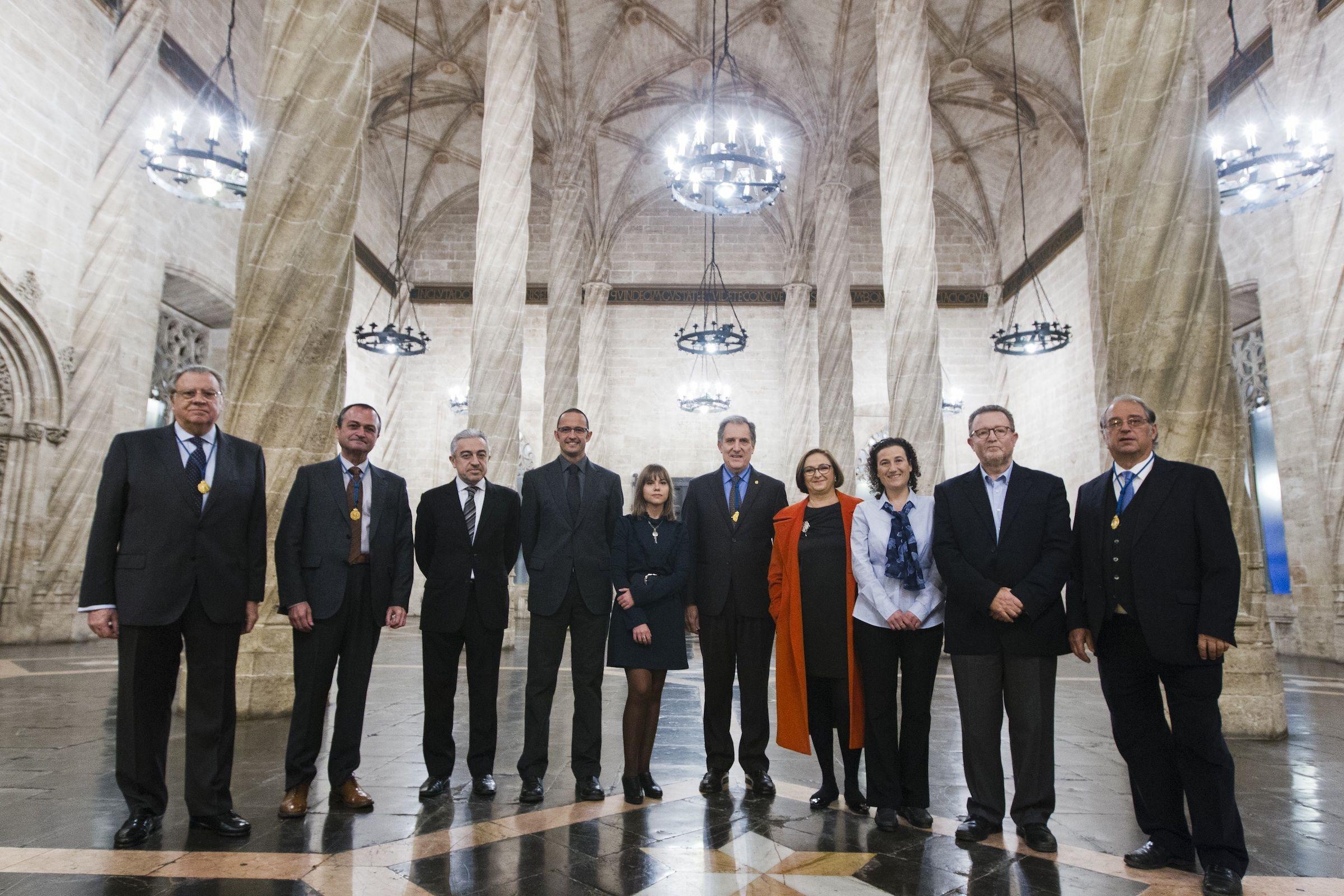 Daniel Monleón (cuarto por la izqda.) junto a los premiados y el consejo de Gobierno de la RACV, tras el acto de entrega de premios, celebrado en La Lonja de Valencia. Foto: RACV.