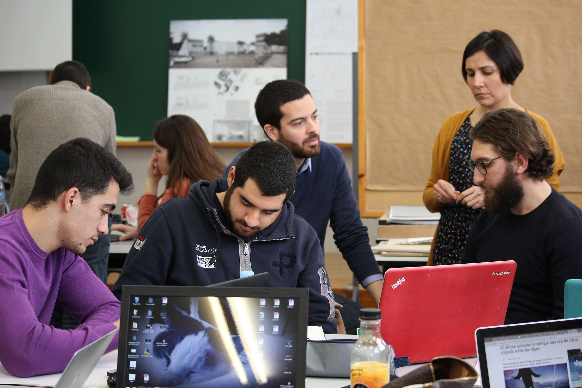 Los profesores de Arquitectura Lluis Juan, de la Rice School of Architecture de Houston, y Ana Ábalos, de la CEU-UCH, con estudiantes de ambas Universidades participantes en la International Week de Arquitectura.