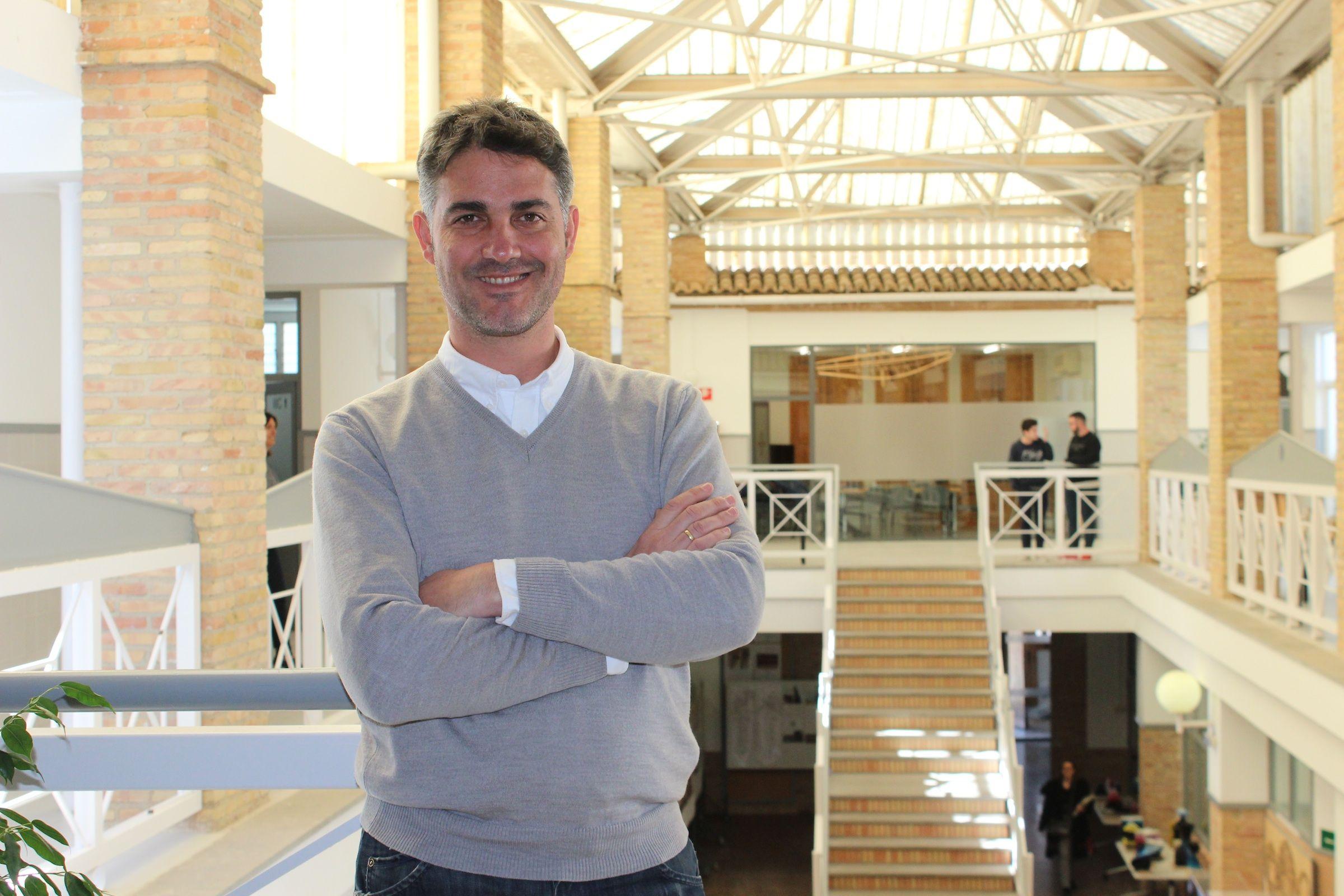 El diseñador Pedro González, en la Escuela de Diseño del CEU donde se formó.