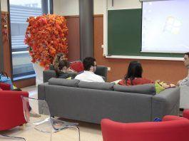 El investigador del CEU-UCH Salvartore Sauro, con los estudiantes del 14º CIE, durante su #CaféconCiencia.