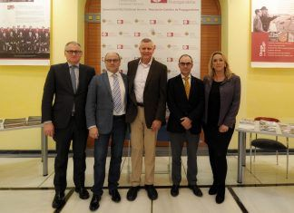 El doctor Paul H. Young, junto a representantes de la Fundación Grupo Hospitales Nisa y la CEU-UCH, en la III Conferencia Anual de la Cátedra de Neurociencias.