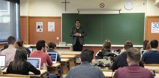 El profesor de la Michigan State University, Manuel Chávez, en una de las clases magistrales impartidas a los estudiantes de Periodismo de la CEU-UCH.