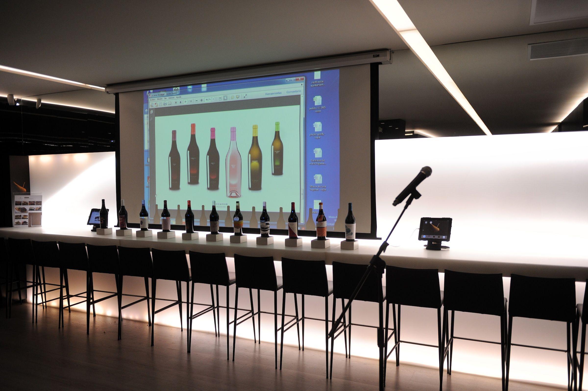 Estudiantes de los Másteres en Diseño de la CEU-UCH, con sus propuestas de packaging para los vinos de Bodegas Vegamar.