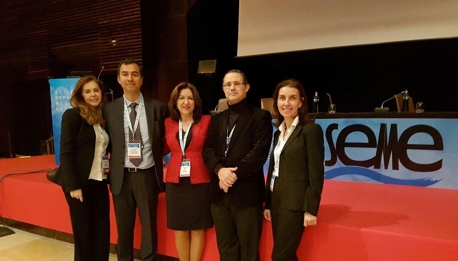 El profesor de la CEU-UCH Emilio García Sánchez, con miembros del comité organizador del 32º Congreso de la Sociedad Española de Medicina Estética, que ha clausurado.