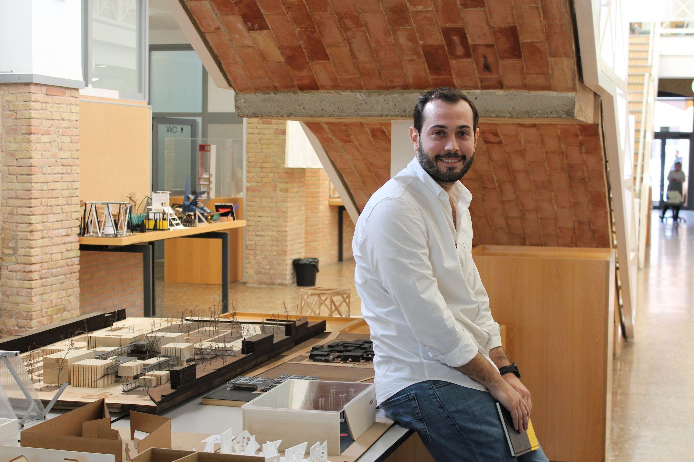 José García Alamar, arquitecto de Foster+Partners London, de visita en la que fue su Escuela de Arquitectura, en la CEU-UCH.