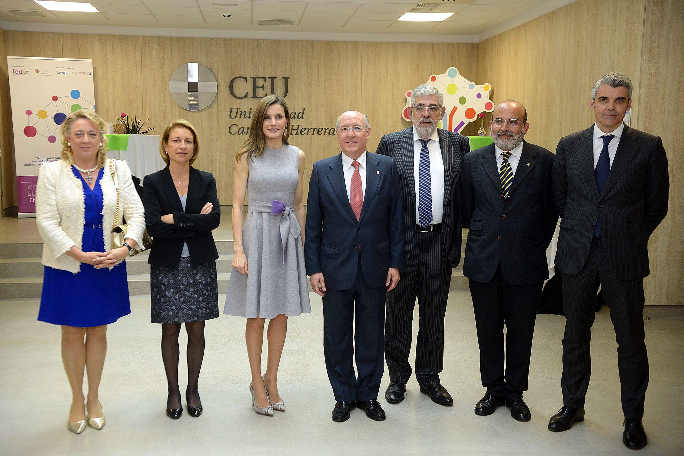 SM la Reina, con el equipo directivo del CEU, en el IV Congreso Educativo sobre Enfermedades Raras.