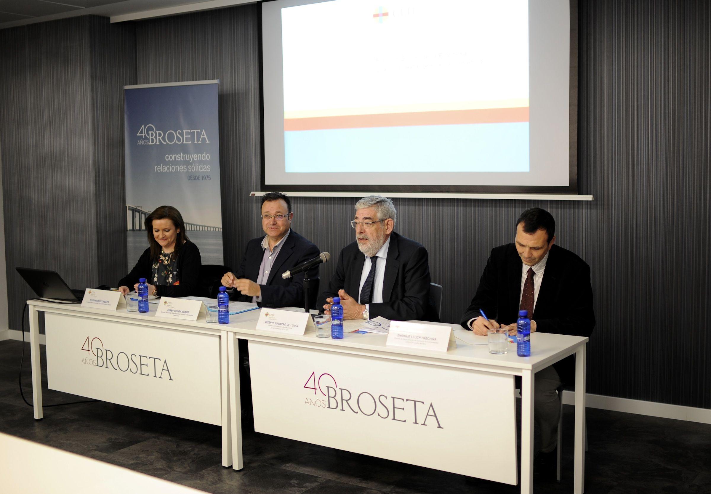 """Elisa Marco, Josep Ochoa, Vicente Navarro de Luján y Enrique Lluch, en la presentación del libro """"La función social de la empresa""""."""