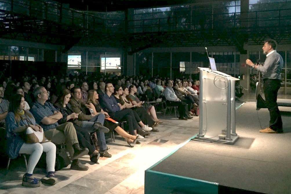 Más de 500 profesionales y estudiantes de Diseño mexicanos asistieron a la conferencia de clausura del profesor del CEU, Manuel Bañó.