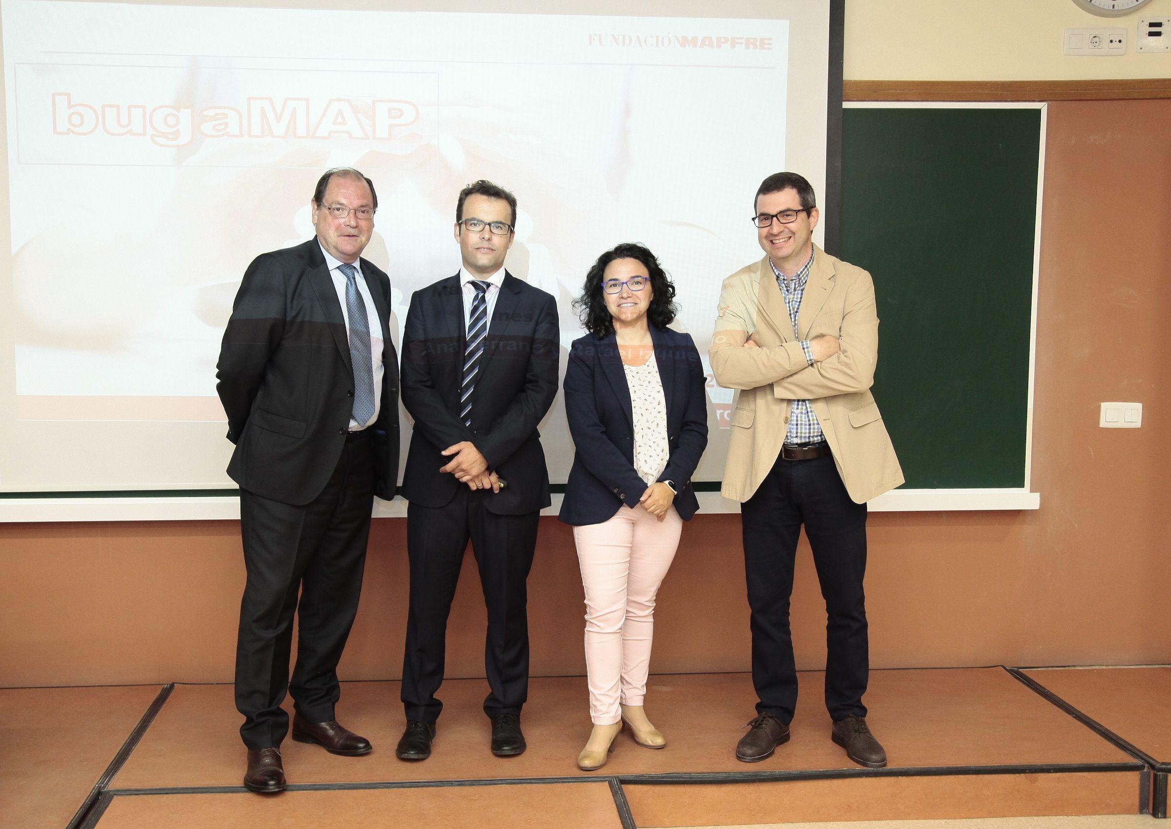 Representantes de la Fundación Mapfre junto al profesor del CEU Juan Pardo, en la presentación del business game BugaMAP en el CEU.