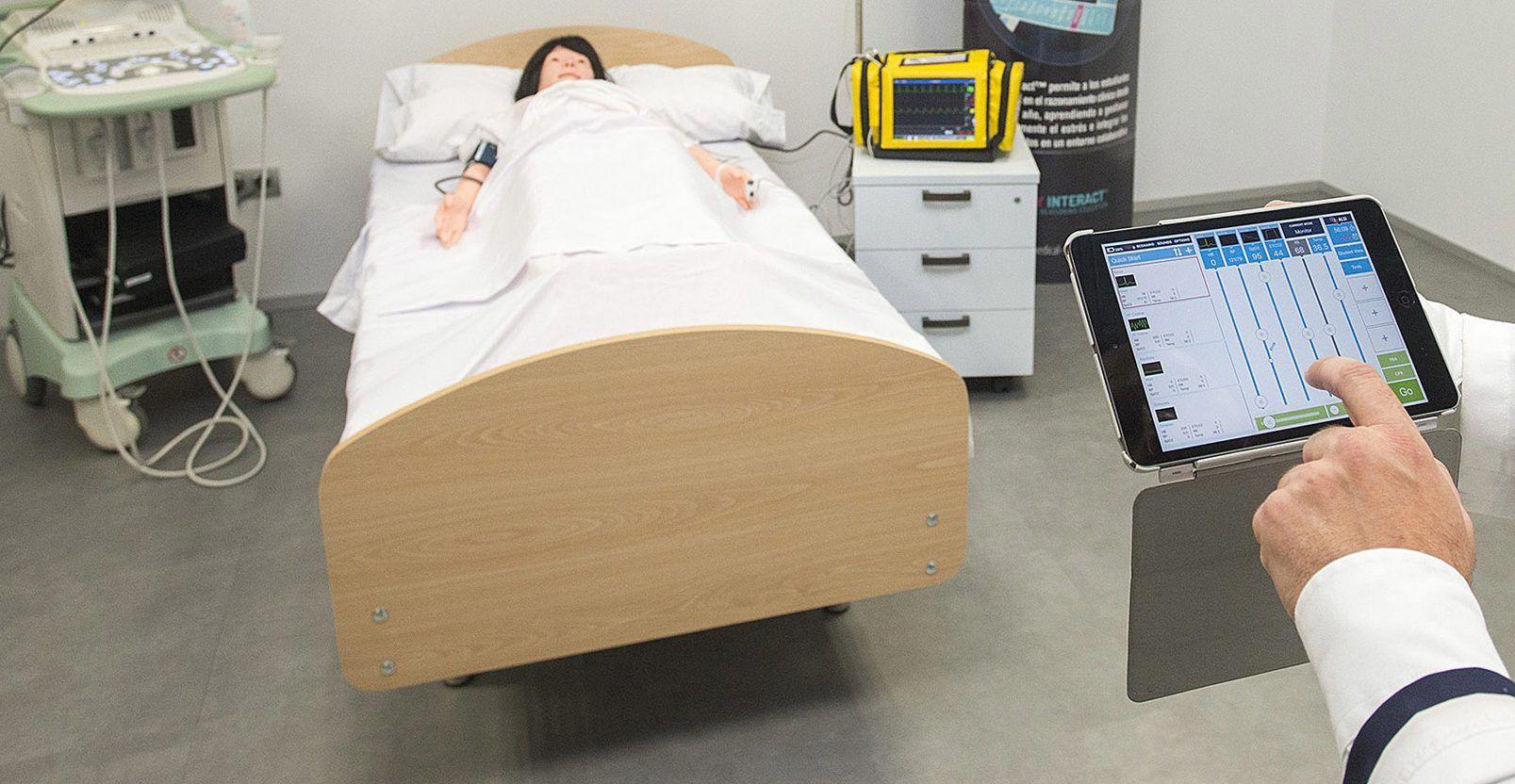 Una de las camas hospitalarias del Centro de Simulación Avanzada del CEU-UCH en Castellón.
