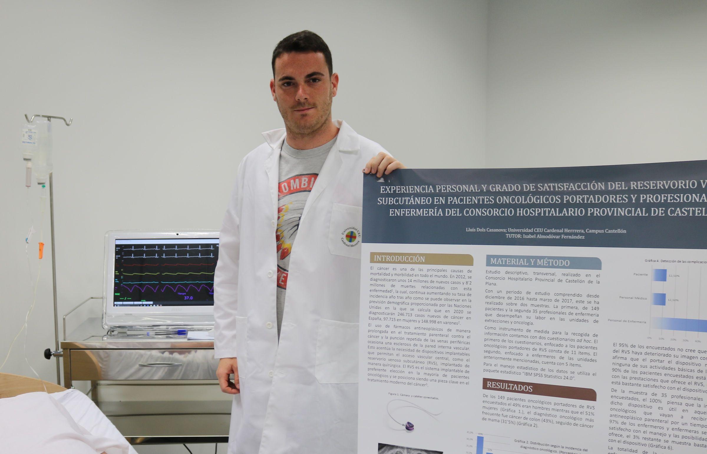 El estudiante de Enfermería del CEU-UCH de Castellón, Lluis Dols, autor de la investigación dirigida por la coordinadora del Grado, Isabel Almodóvar.