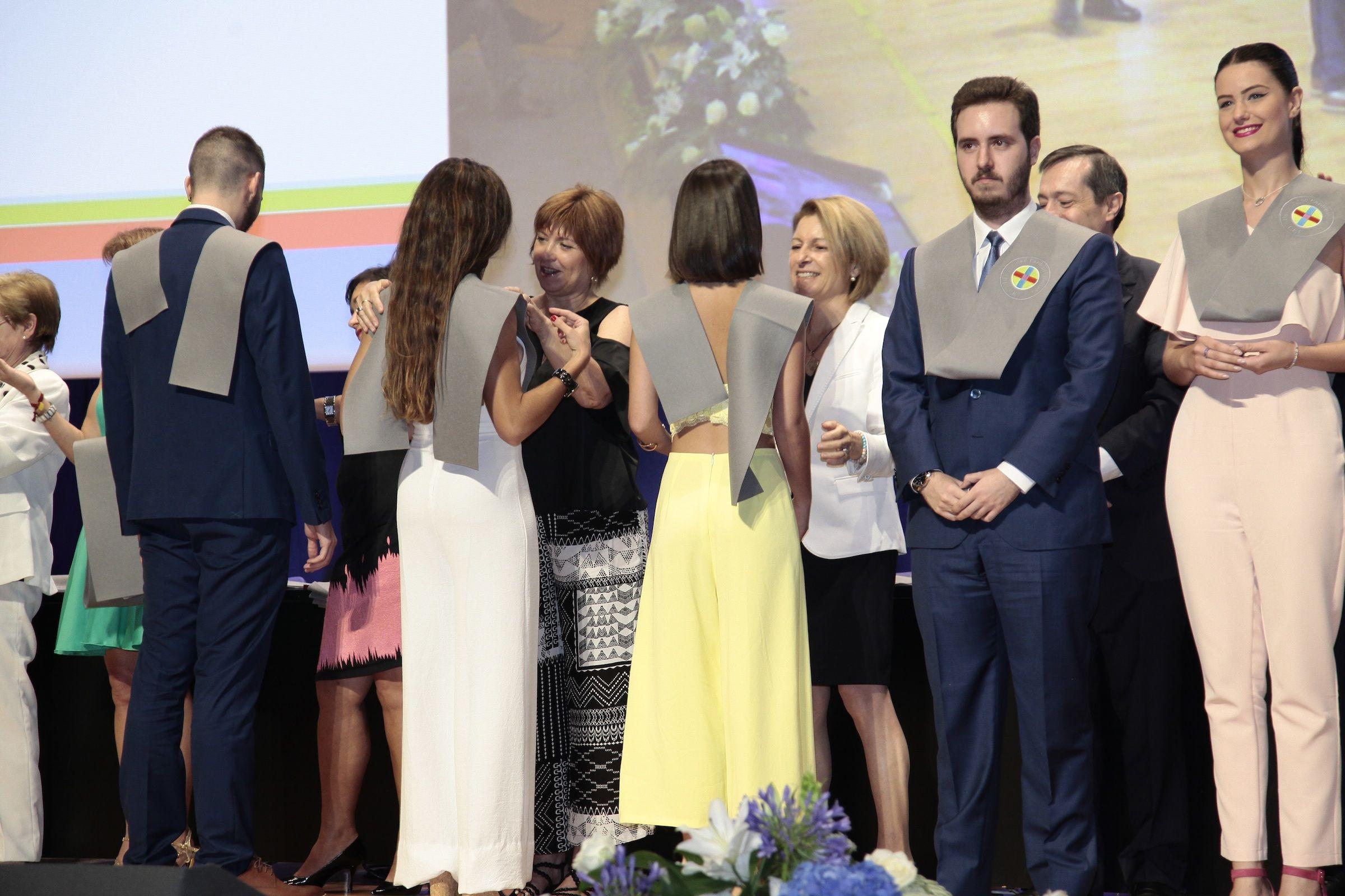 Empar Marco y la rectora Rosa Visiedo, durante la imposición de becas a los nuevos profesionales de la comunicación graduados en la Universidad CEU Cardenal Herrera.