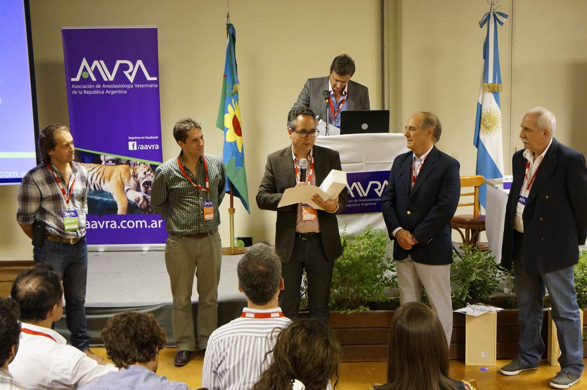 Entrega del reconocimiento como socio de honor de AAVRA al profesor del CEU-UCH José Ignacio Redondo.