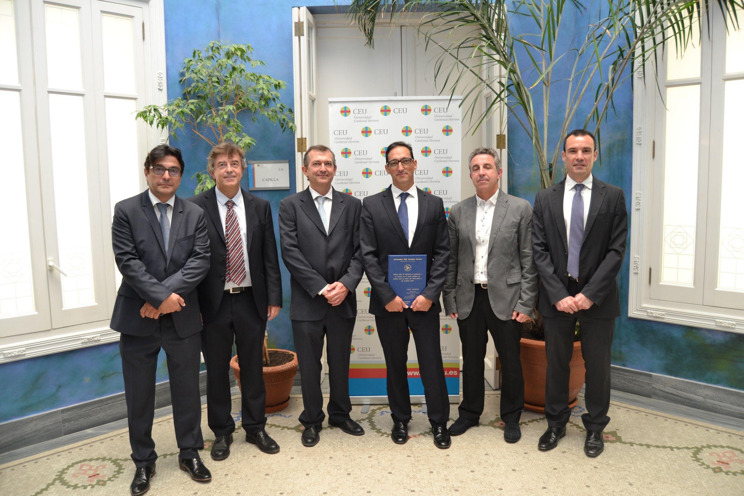 El profesor del CEU Alejandro Álvarez Llanas, junto a los directores y el tribunal de su tesis doctoral.