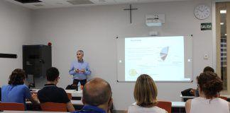 El doctor Ambrosio ha dado a conocer a los investigadores del CEU-UCH sus recientes avances en la búsqueda de un tratamiento para el glaucoma.