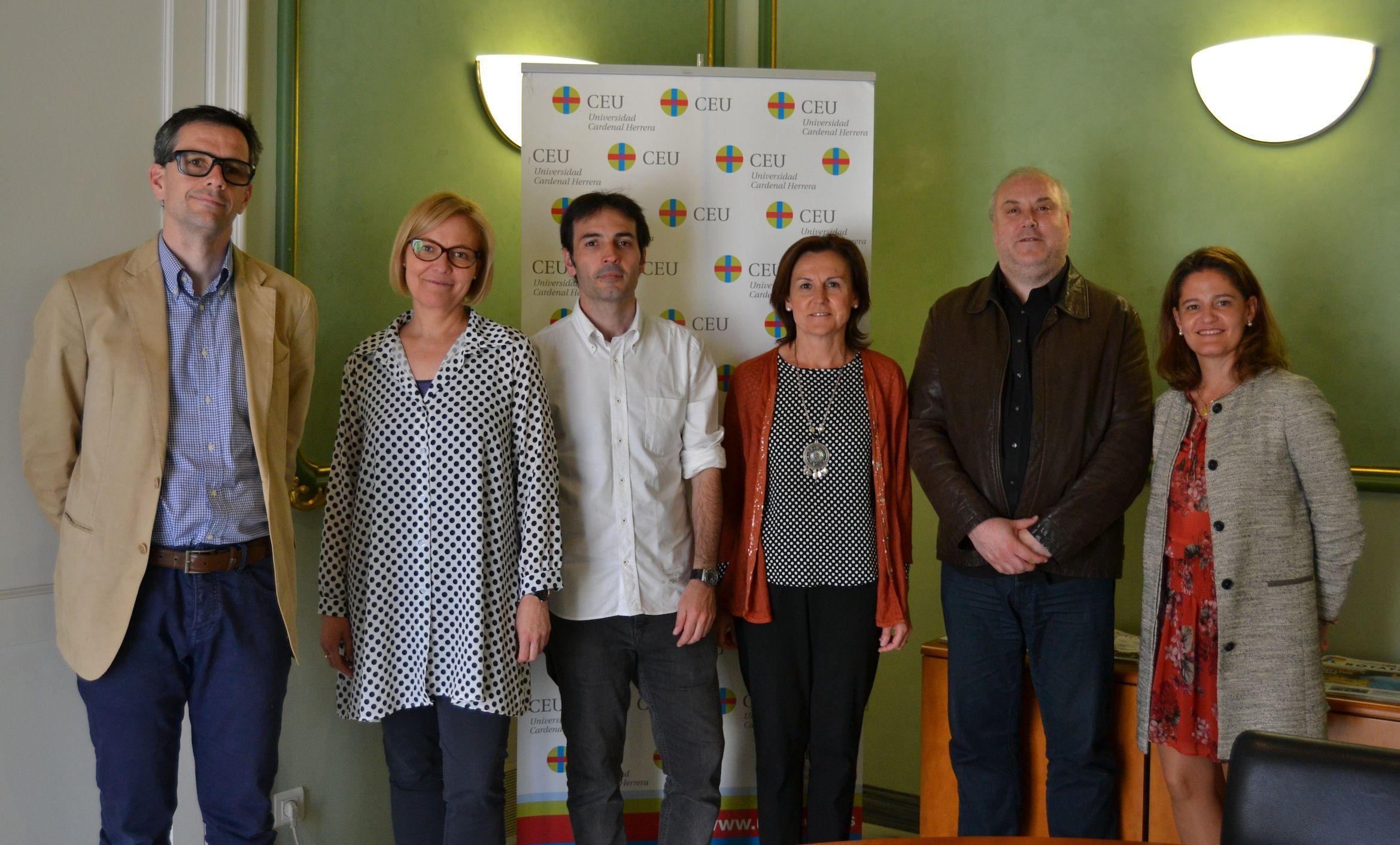 En el centro, Ana Azurmendi, junto a Juan José Bas y parte de los investigadores del Grupo, en las Jornadas sobre el Futuro del Audiovisual Valenciano, celebradas en el CEU.