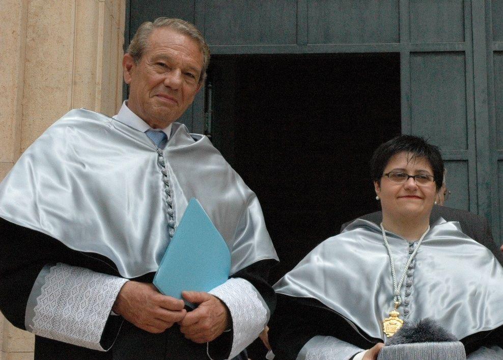 Joaquín Navarro-Valls, el día de su investidura como doctor Honoris Causa por el CEU-UCH, junto a la profesora María José Pou, que actuó como madrina.