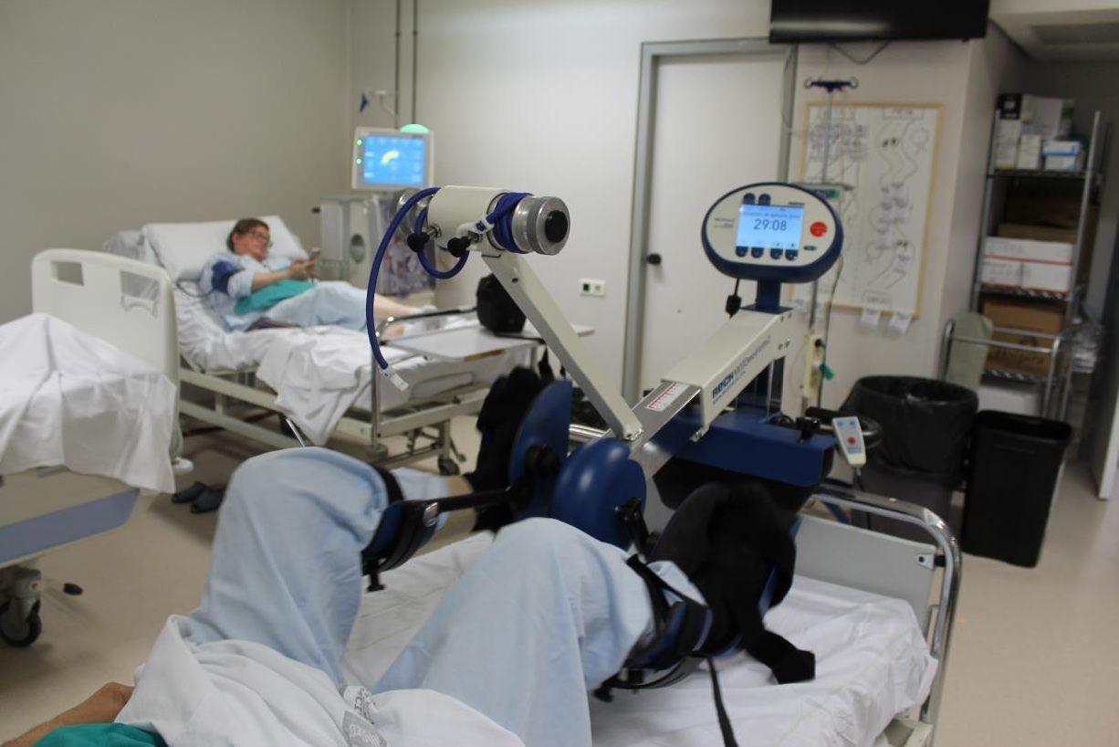 La eficacia del juego virtual en la funcionalidad de los pacientes ha sido comparada en la investigación del CEU-UCH con el ejercicio de bicicleta y pesas durante la hemodiálisis.