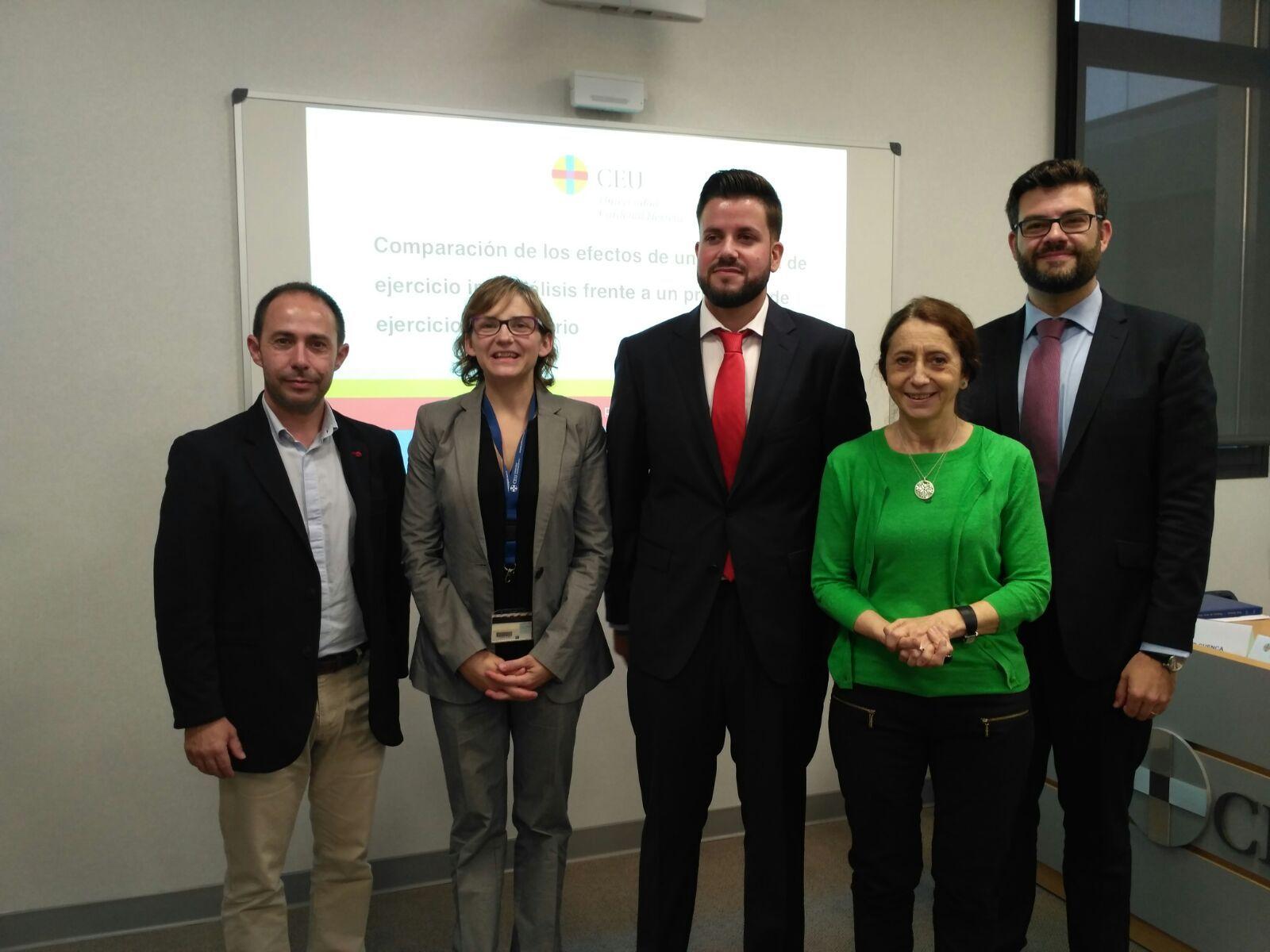 Borja Pérez, en el centro, junto a su directora de tesis, Eva Segura, y los miembros del tribunal.