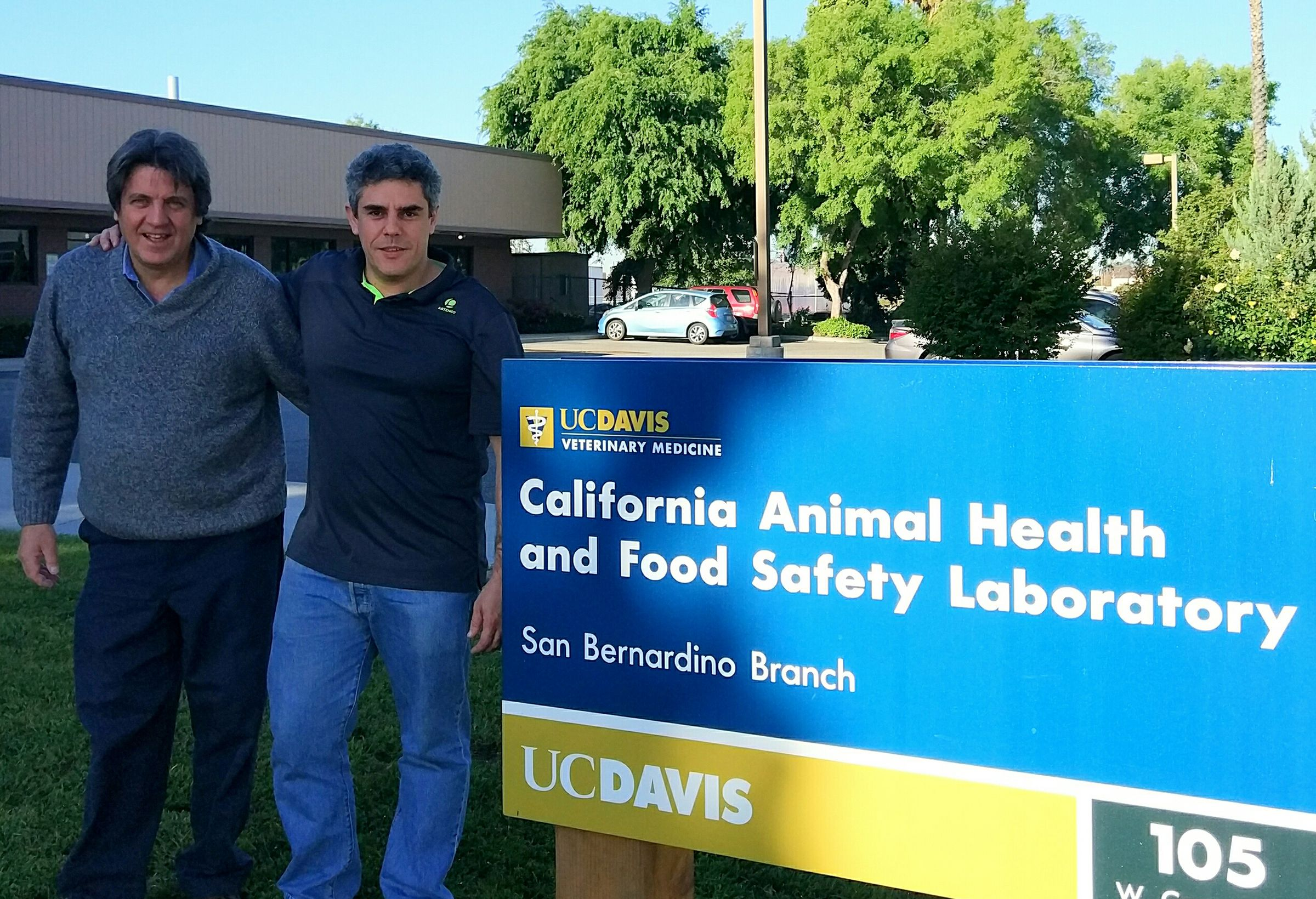 El doctor Uzal, de UC Davis, y el profesor Ortega, del CEU-UCH, en el California Animal Health and Food Safety Laboratory.