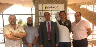 Juan Manuel Corpa Arenas (centro) junto Alejandro Saiz del Barrio (centro-izquierda), Manuel Marco Laguna (izquierda) y directivos de Nanta - Nutreco.