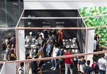 Estudiantes y profesores del Máster en Diseño de Producto de la CEU UCH en la inauguración de su stand en el espacio Nude, de la feria Habitat.