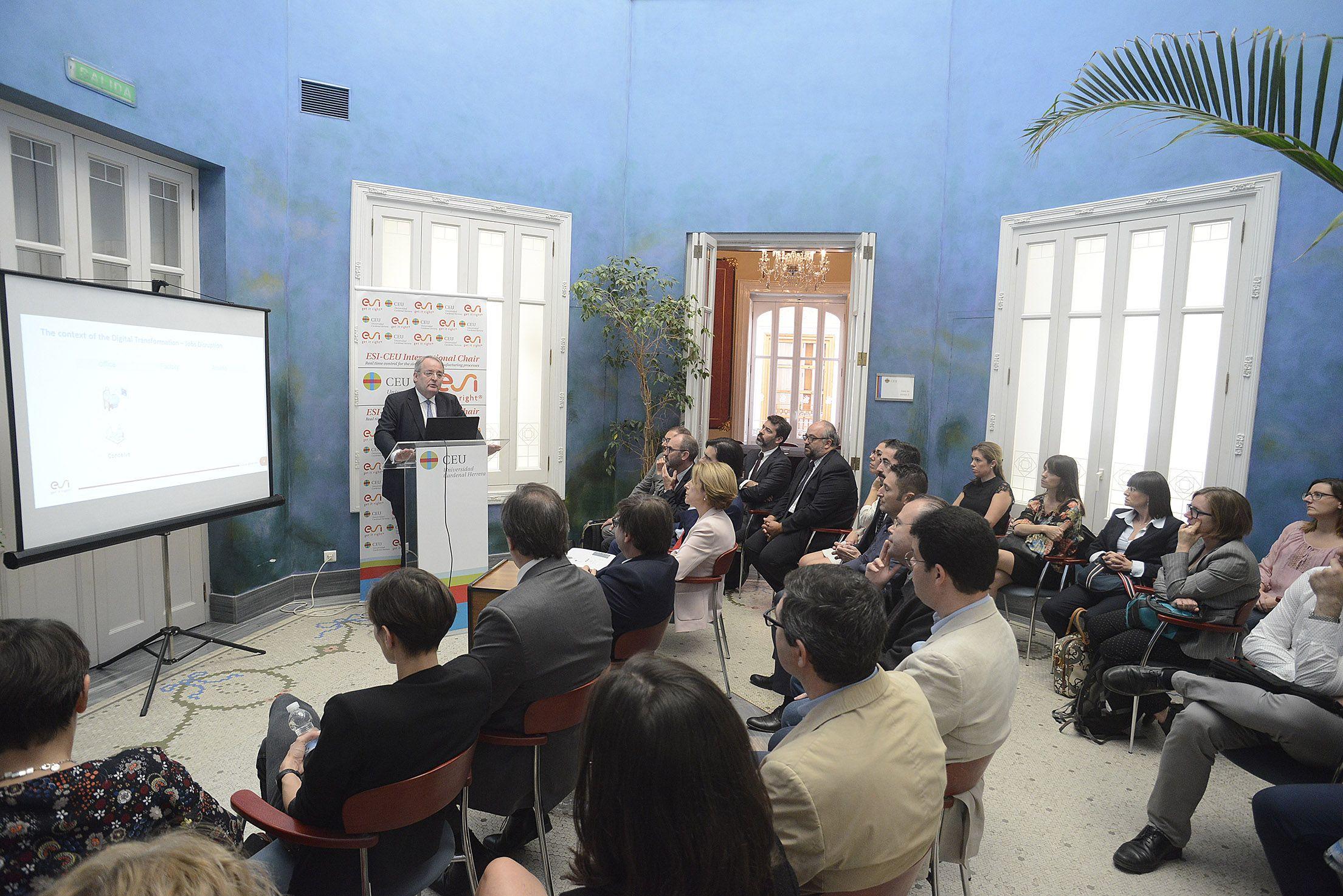 Representantes del Grupo multinacional francés ESI y la CEU UCH, en la presentación de la Cátedra internacional.