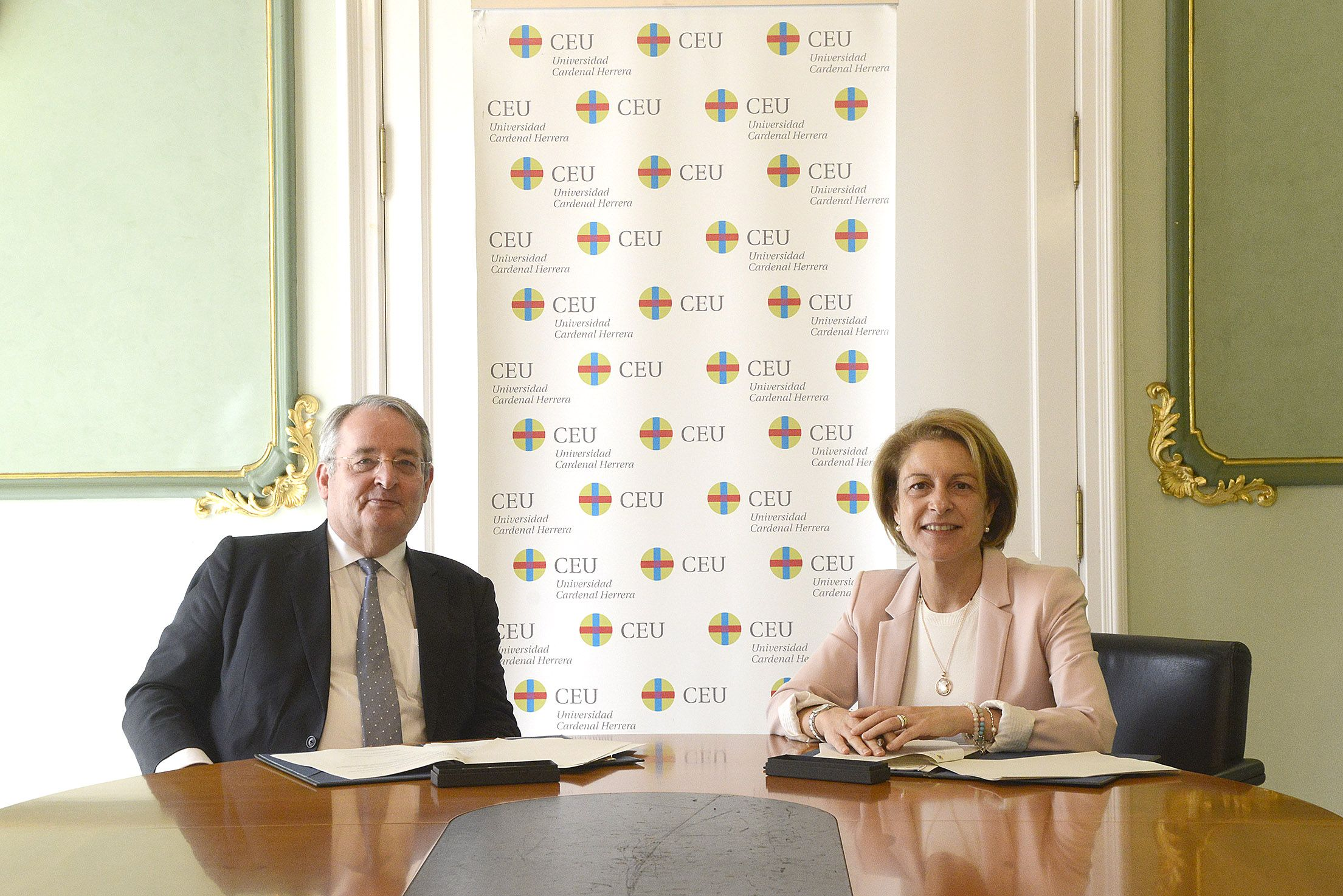 El director general de ESI Group, Vicent Chaillou, y la rectora de la CEU-UCH, Rosa Visiedo, durante la firma del convenio para la creación de la Cátedra.