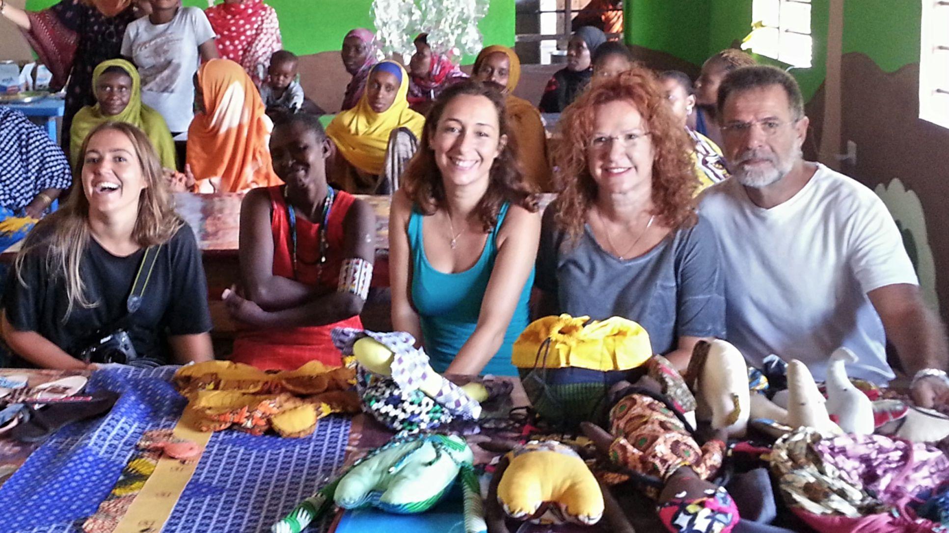 Presentación de los nuevos diseños de Free Design Bank, en el nuevo taller de producción para Jimudu Women Group en Lamu (Kenia).