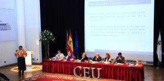 El catedrático de Economía y Finanzas de la CEU UCH, Gonzalo Rubio, imparte la lección magistral en el acto de apertura del curso 17-18.