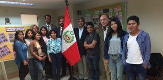 Los estudiantes de Diseño de la CEU UCH becados por el Gobierno de Perú, junto a representantes de la Universidad y el consulado peruano en Valencia.