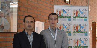 El profesor Emilio García Sánchez y el estudiante Samuel Navalón, en el Congreso de la Asociación Española de Bioética (AEBI), en Alcalá de Henares.