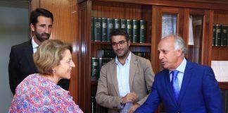 La rectora Rosa Visiedo saluda al presidente de APCValencia, Antonio Olmedo.