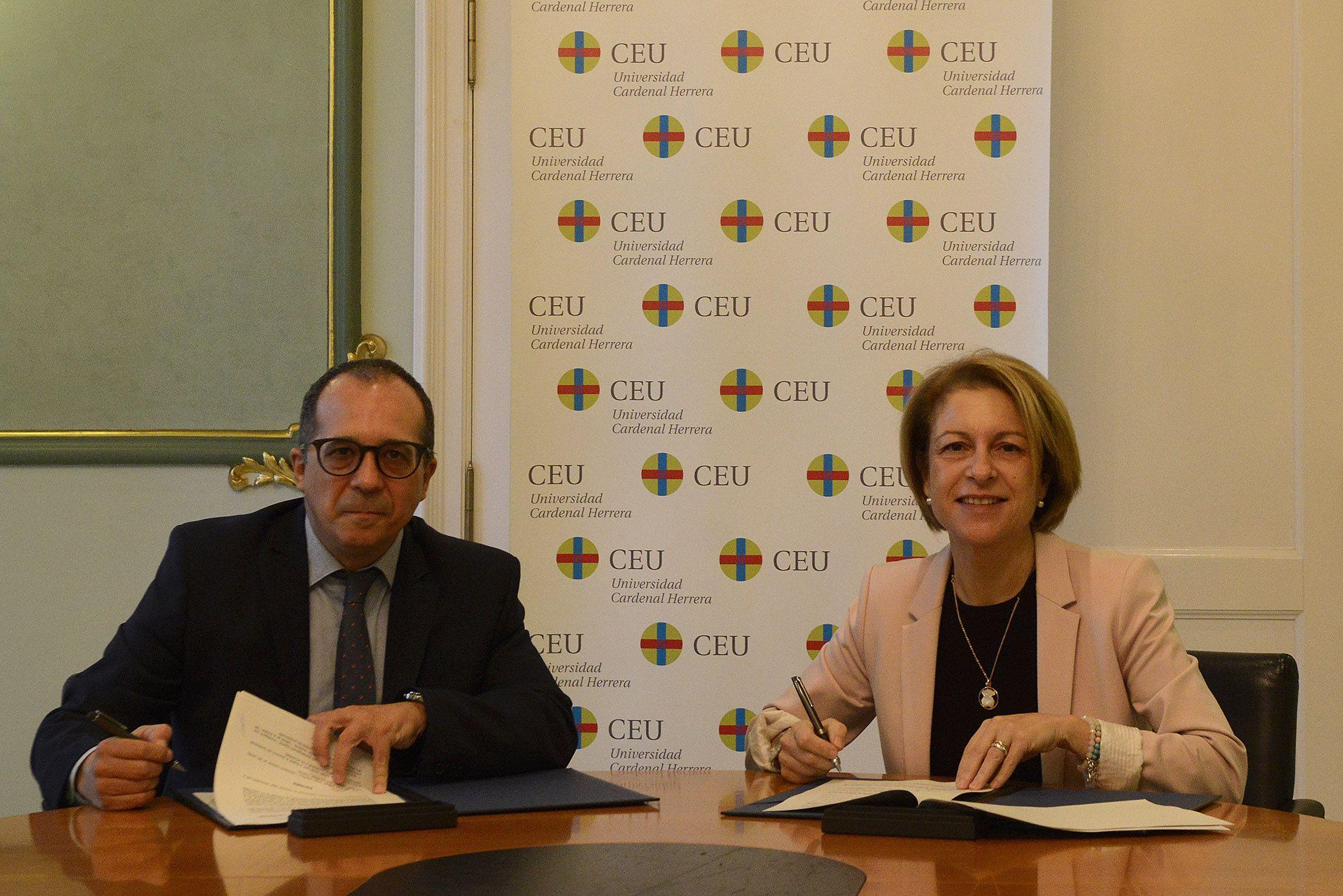 Enrique Soriano y Rosa Visiedo, durante la firma del convenio de colaboración entre la CVMC y la CEU UCH.