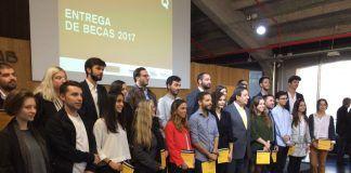 José Luis Moreno e Inma Soler, en la foto de grupo de los galardonados con las becas Arquia en 2017. Foto: Fund. Caja Arquitectos.