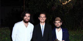 Ignacio Juan, subdirector de Arquitectura de la CEU UCH, con los estudiantes premiados: Ernesto Corea y José Luis Moreno.